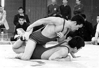 相手を押さえ込み優勢に=昭和44年の全日本学生選手権