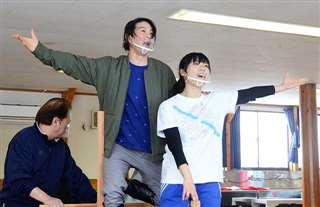 今年の上演に向けて稽古する小山さん(中央)