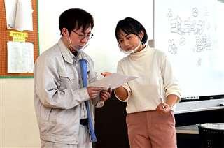 コミュニケーション力を磨く研修で社員に指導する鈴木さん(右)=5日、美郷町の斉藤光学製作所