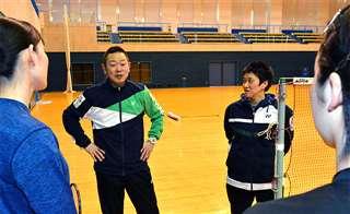 練習で選手たちに指示する原田さん(左から2人目)=美郷町の町総合体育館リリオス