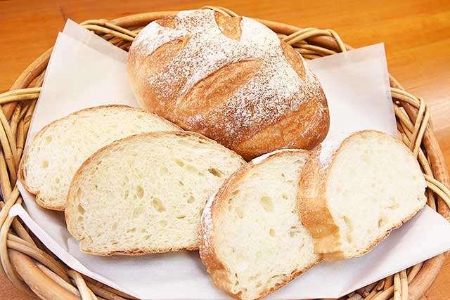 ふっくらとした食感と小麦の香りが際立つ「白神パン」