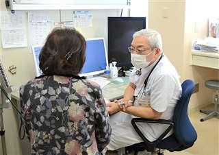診察に当たる小野院長。病院には地域の高齢者らが多く訪れる=1日、横手市の市立大森病院