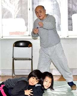 子供らに楽しく指導=八郎潟町オリンピック記念会館