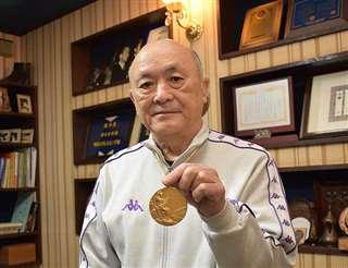 数々の賞状や盾が飾られている八郎潟町の自宅。手にはミュンヘンオリピック金メダル