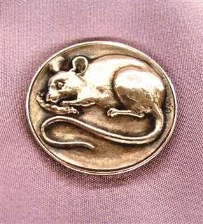 ネズミがデザインされた帯留め。昔、ねずみ年生まれの母にプレゼントした。今も大切に保管している懐かしい一品