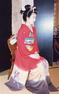 上村松園の代表作「序の舞」をイメージして染め上げた本振り袖。モデルは次女