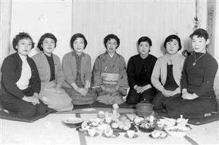 大正寺にいた頃、茶道の仲間たちと(左から3人目)