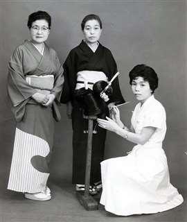 マリールイズ美容専門学校の修了記念に千葉先生(左)、水町先生(中央)と