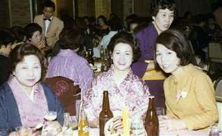 ニューライン発表会のパーティーで県内の美容師の先輩たちと(手前右)
