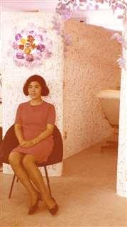 やまじんビル5階に開店した美容院の入り口付近。花の形をした照明で出迎えた
