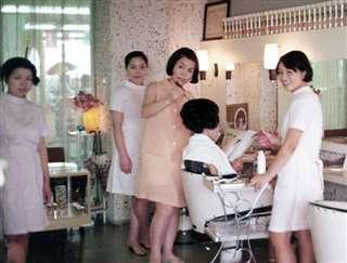 やまじんビルに開店した美容院の店内(中央)