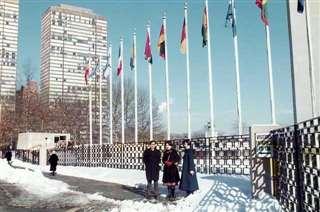 国連本部前で明石さん、長女と(中央)