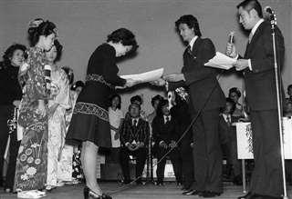 新日本髪全国コンテストで入賞し、表彰状を受け取る