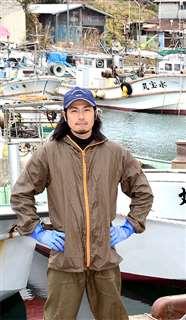 金浦漁港に立つ佐藤さん