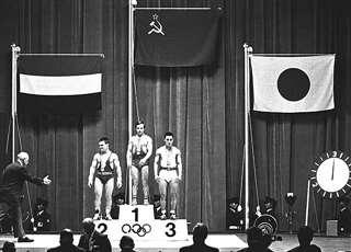 重量挙げバンタム級で一ノ関(右)が銅メダルを獲得。大会初の日の丸が揚がった=渋谷公会堂