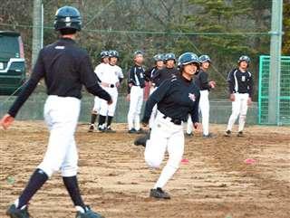 合同で走塁練習する河辺中と太平中の生徒