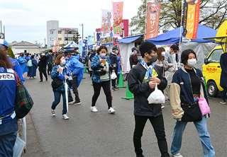 今月17日、秋田、山形両チームのサポーターでにぎわったBB秋田横丁=ソユースタジアム前