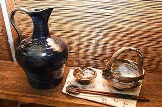 優しい色合いの酒器のセット(右)と花器
