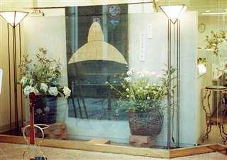 路面店のショーウインドー。市女笠の染め物も飾った=平成3年ごろ
