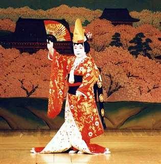 「京鹿子娘道成寺」を舞う=平成8(1996)年、秋田市文化会館