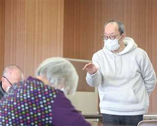 高齢者を対象とした心理学実験をする渡部教授=今年3月、秋田市