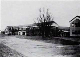 秋田駅前にあった頃の秋田高校の校舎(秋田高同窓会提供)