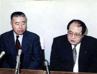 自民党会派を離れ、竹屋さん(右)と会見する