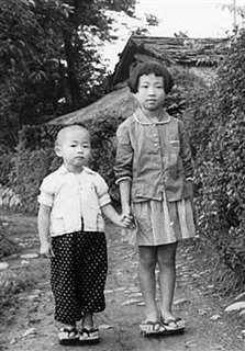 自宅前で弟と=昭和32年ごろ