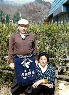 農作業の合間の両親=昭和41(1966)年ごろ