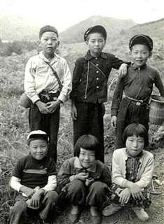 小学校の同級生たちと(前列右)=昭和36年ごろ