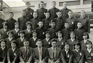 西明寺中の卒業アルバム(前から2列目右端)。前列右から4人目が石川先生