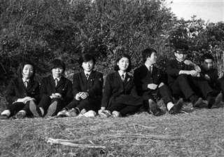 角館の古城山で社会科同好会のメンバーと(左端)=昭和41(1966)年