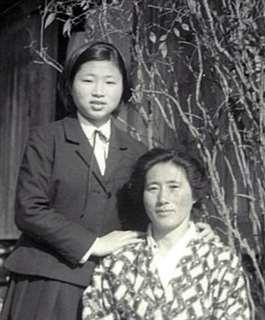 高校3年生の頃、自宅前で母と=昭和42年