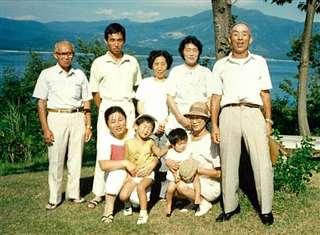 家族や親戚と田沢湖へドライブ(前列左端)。後列左から義父、夫、義母