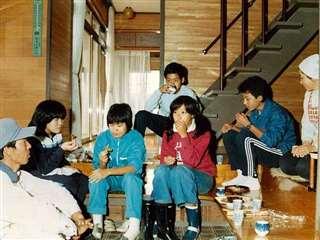 和光中の生徒たちと自宅玄関でおやつ(右端)。左端は夫=昭和57年