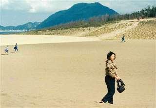 旅行で訪れた鳥取砂丘を歩く=平成6年