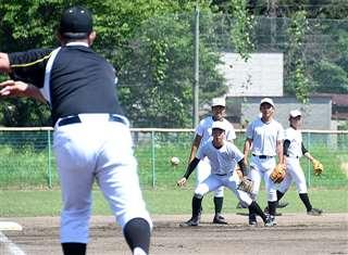 2年ぶりの秋田大会に向け、投手陣を支える守備にも磨きをかける=明桜高校グラウンド
