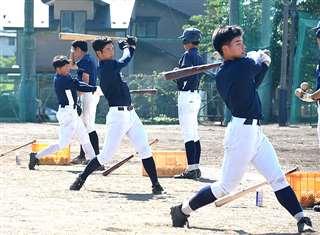 打撃練習に励む秋田中央の選手たち。切れ目のない打線は畳み掛ける力がある=同校グラウンド