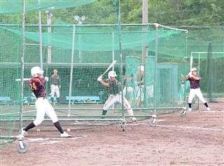 打ち勝つ野球を目指し、打撃練習に励む大館鳳鳴の選手