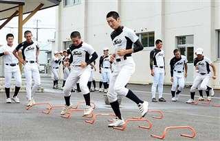 器具を使ってウオーミングアップする大館桂桜の選手