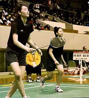 高校2年時の全国選抜大会でプレーする松本選手(左)。ダブルスで準優勝した=2013年、北九州市