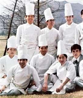 軽井沢プリンスホテルで働いた頃(前列左)