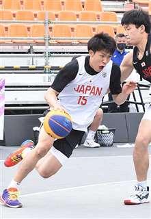 五輪のテスト大会で攻め込む保岡選手。メダル獲得へ活躍を誓う=5月、東京・江東区