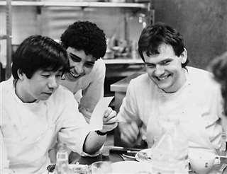 パリの店で働いていた頃、調理場の仲間と(左)