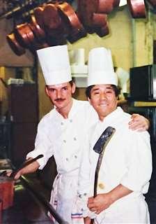 パリから帰国する直前、料理人仲間と(右)