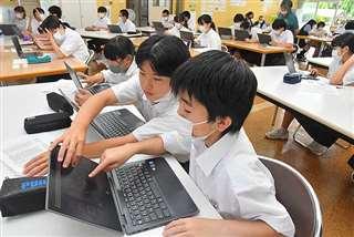 クロームブックでハザードマップを見る生徒
