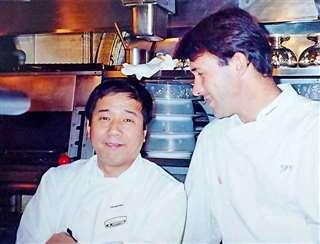 赤プリ時代、パリの二つ星レストランの料理人と(左)
