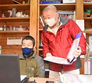 民宿開業を支えてきた「ふじさと元気塾」の藤原理事長(右)と元気塾スタッフ