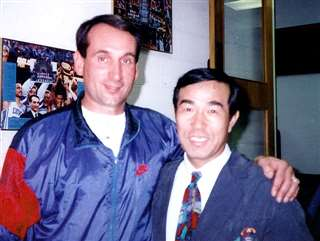 米国を代表するバスケ指導者の通称コーチK(左)と
