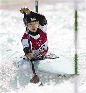 東京五輪カヌー・スラローム女子でこぐ佐藤選手。所属する県内企業は県の支援事業を活用している